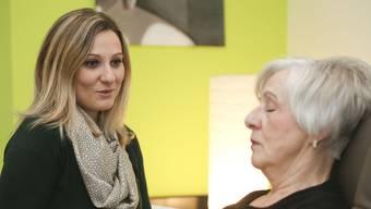 Claudia Brändli redet ruhig auf ihre Klientin ein, bis die Hypnose wirkt.