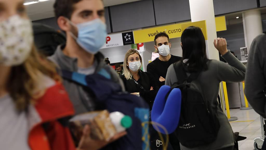 Reisende auf dem Pariser Flughafen Orly.