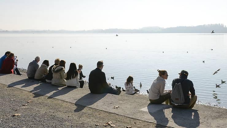 Das Frühlingswetter lockt zu viel Volk an die Seen im Kanton Zürich. Die Gemeinden um den Pfäffikersee sperren deshalb ihre Parkplätze. (Archivbild)