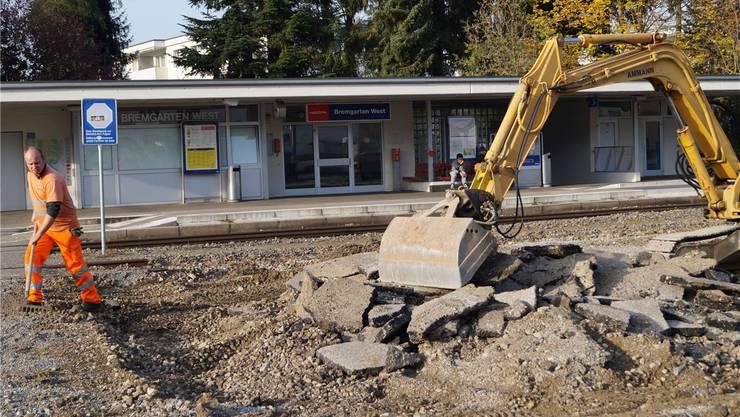 Altes wird abgebrochen und entfernt: Erste Vorarbeiten für die Neugestaltung des Bahnhofs Bremgarten West sind angelaufen. Lukas Schumacher