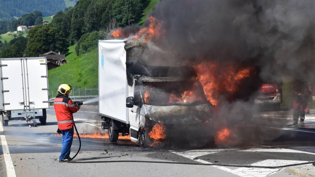 Dreissig Feuerwehrleute löschten den brennenden Lieferwagen in Saas im Prättigau. Ein technischer Defekt wird als Brandursache vermutet.