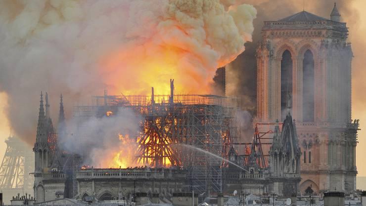 Die Welt schaute am Montag verzweifelt zu, wie die Pariser Feuerwehr gegen den Brand im Dach der Notre-Dame-Kathedrale kämpfte.
