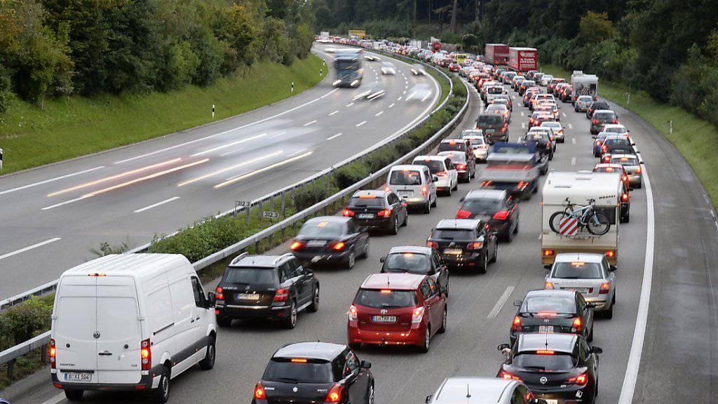 Mit grossen Verkehrsbehinderungen ist über die Feiertage auf den Schweizer Autobahnen kaum zu rechnen. Zwar sind Schulfeiern, dafür entfällt aber der Pendlerverkehr weitgehend. (Archivbild)
