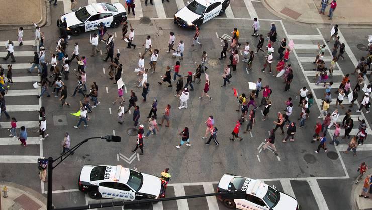 Demonstration gegen Polizeigewalt gegen Schwarze auf Polizisten vom Donnerstagabend (Ortszeit) in Dallas. Zu diesem Zeitpunkt war alles noch friedlich.