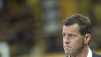 GC-Trainer Michael Skibbe: Besorgter Blick auf die Resultattafel.