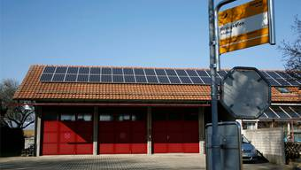 Solardorf Hessigkofen: Die gemeindeeigene Photovoltaik-Anlage auf dem Feuerwehrmagazin. Hanspeter Bärtschi