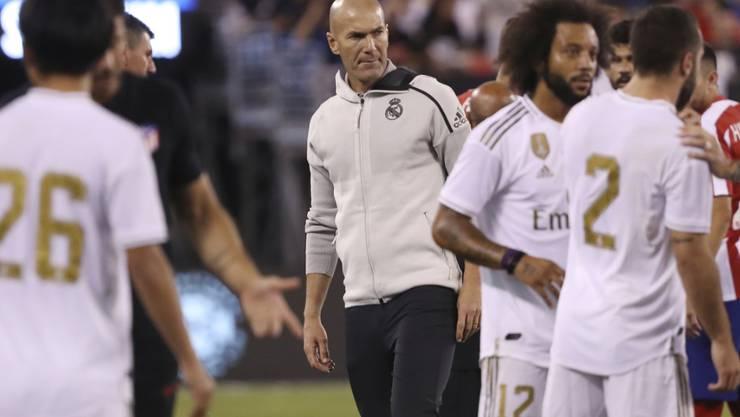 Zinedine Zidane beobachtet den Auftritt seiner Spieler gegen Stadtrivale Atlético kritisch