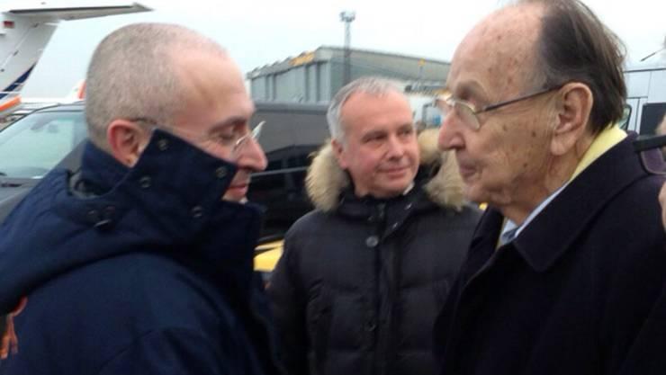 Bei der Ankunft in Berlin wird Michail Chodorkowski vom ehemaligen deutschen Aussenminister Hans-Dieter Genscher begrüsst.