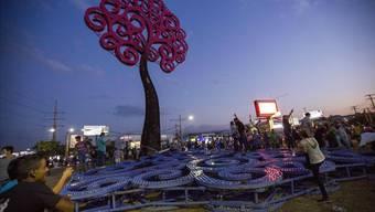 Ungetüm aus Stahl als Machtsymbol: Jugendliche stürzen in Managua einen «Lebensbaum».