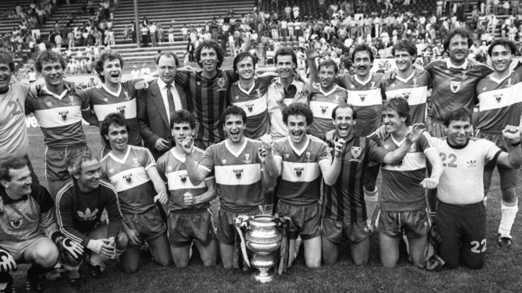 Der Cupsieg 1985 im Wankdorf - ein grosser Tag in der Geschichte des FC Aarau. Stehend in der Mitte Trainer Ottmar Hitzfeld