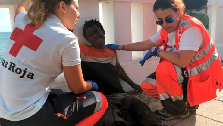 115 Flüchtlinge überwinden den Grenzzaun in Ceuta: Rot-Kreuz-Helferinnen behandeln einen von ihnen.