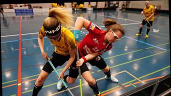 Sieg im ersten Heimspiel: Nina Gerber (r.) gewinnt mit Unihockey Basel Regio 6:1 gegen Floorball Uri.