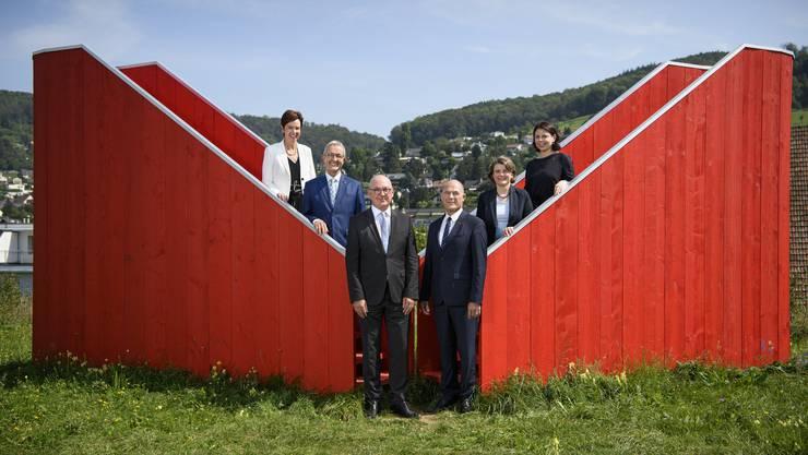 Der erneuerte Baselbieter Regierungsrat im noch heilen Kunstwerk «ABRADA» der Gruppe maboart bohren & magoni in Füllinsdorf