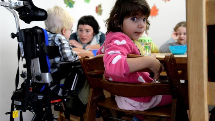 Für den Betrachter ist es ein ungewohntes Bild, wenn am Tisch ausser normalen Stühlen auch ein Rollstuhl steht. Für die Kinder ist es normal.