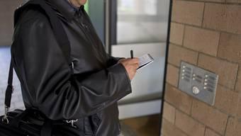 Ein Sozialdetektiv bei der Arbeit.