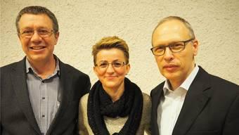 Der neu gewählte Präsident der Kirchenpflege, Hans Schilling (r.), mit seinem Vorgänger Jürg Meier sowie der ebenfalls scheidenden Kirchenpflegerin Miljana Zefaj. zvg