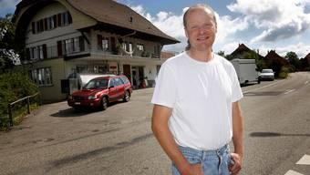 Hansueli Wyss (Präsident Käsereigenossenschaft) vor der Käserei in Kyburg-Buchegg.