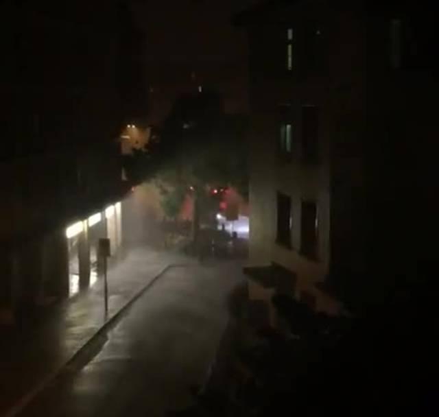 Blitze, Wind und heftiger Regen in der Stadt Zürich.