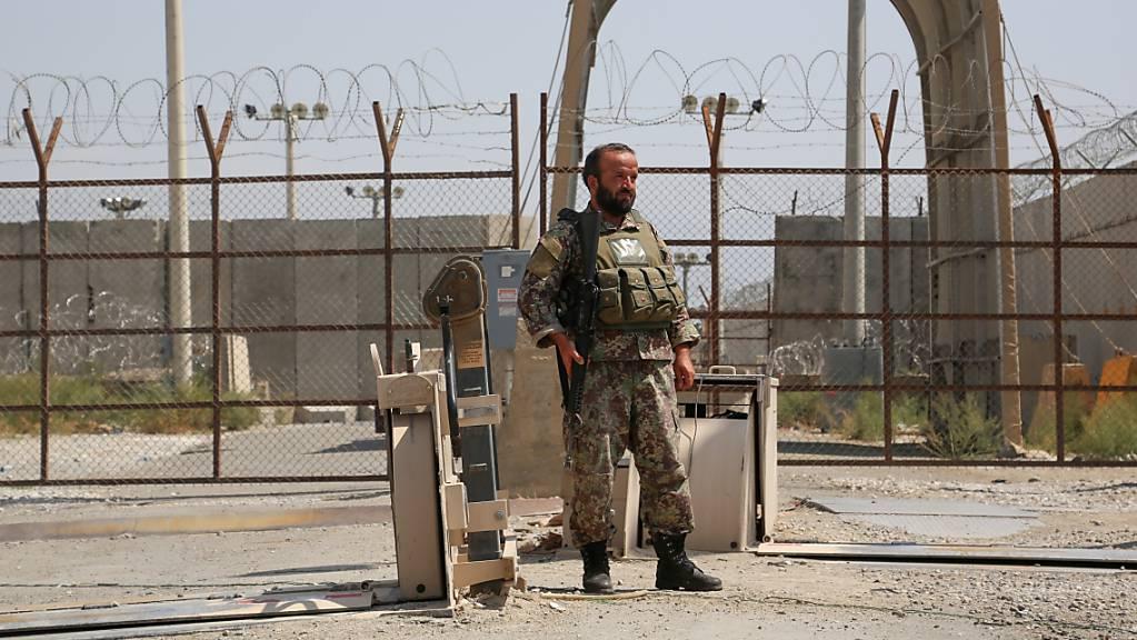 Ein afghanischer Soldat steht an einem Armee-Kontrollpunkt Wache, nachdem alle US- und Nato-Truppen den Stützpunkt in der Provinz verlassen haben. Die Nato hat ihren Militäreinsatz in Afghanistan nach knapp zwei Jahrzehnten beendet.