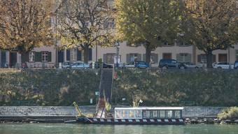 Die St. Alban-Fähre liegt am Grossbasler Ufer und wartet auf ihre Reparatur.