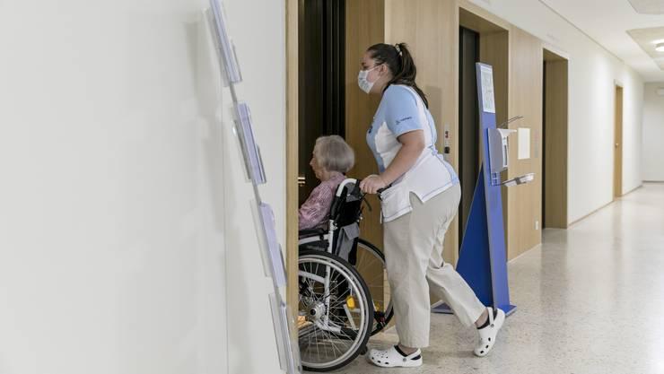 «Die temporäre Aufstockung der Pflegeteams stellt sicher, dass das Personal die nötigen Ruhepausen erhält und die Mehrbelastungen durch die Pandemie auch über längere Zeit bewältigen kann», heisst es in der Mitteilung der Stadt Zürich.