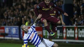 Shaun Derry (l.) von den Queens Park Rangers gegen ManCitys Agüero