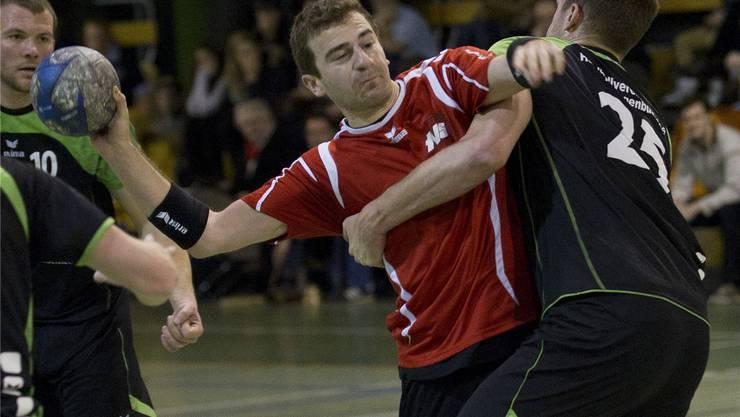 Der Solothurner Philippe Kaech (links) kommt gegen Herzogenbuchsees Tobias Stalder zum Abschluss. Bieri