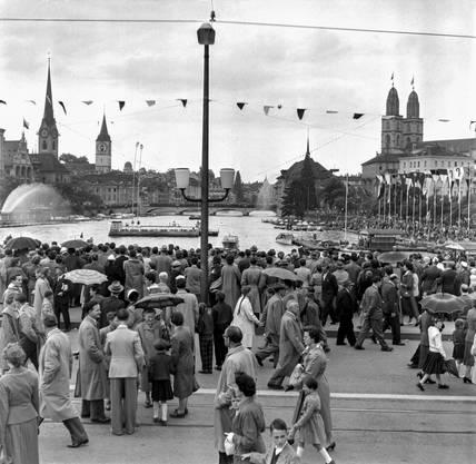 Menschenmassen am Zueri Faescht im Sommer 1956 auf der Quaibruecke in Zuerich.
