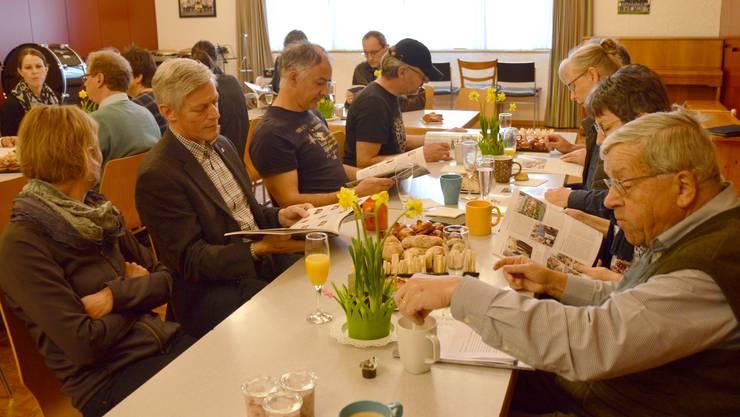 Impressionen von der Vernissage der 50. Dorfchronik RückblendeWölflinswil und Oberhof. Beim Frühstück wird das 50. Heft genau studiert.