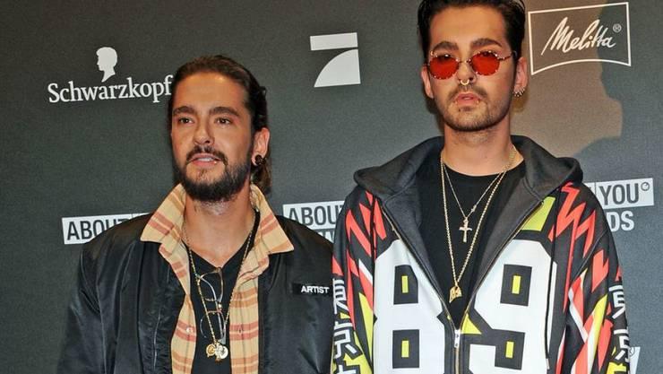 """Die Gebrüder Kaulitz am Donnerstag bei der Verleihung der """"About You Awards"""". Tom Kaulitz (l) hat bestätigt, dass er in einer Beziehung ist - ob mit Heidi Klum, sagte er nicht. So oder so: Sein Zwillingsbruder Bill (r) ist noch zu haben."""