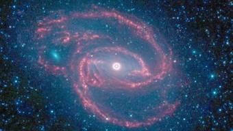 """Fast 17 Jahre lang hat das Weltraum-Teleskop """"Spitzer"""" einen fantastischen Job gemacht und etwa dieses Bild der Galaxie NGC-1097 zur Erde gesendet. Nun muss das Teleskop in den Ruhestand. (Archivbild)"""