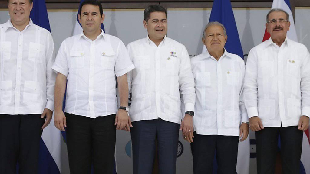 Präsidenten in Halbweiss: Die Staatschefs von Honduras, El Salvador, der Dominikanischen Republik, Panama und Guatemala (von links) posieren beim Gipfeltreffen.