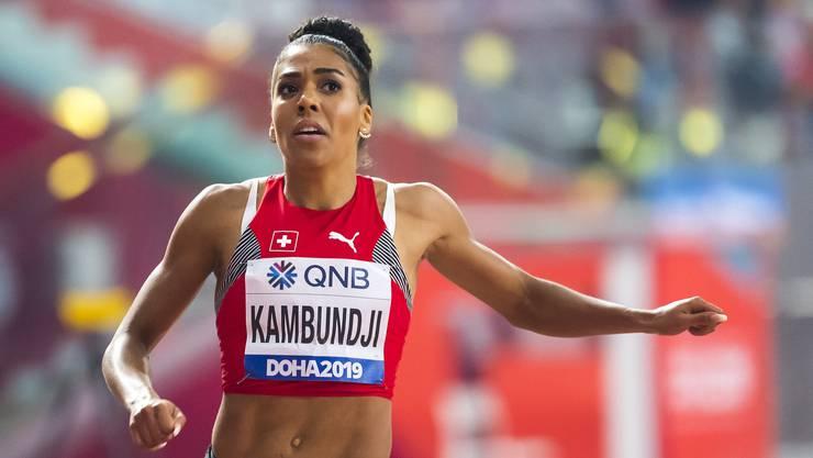 Mujinga Kambundji startet im Zürcher Letzigrund, während ihre Konkurrentinnen über 150 Meter in Übersee antreten.