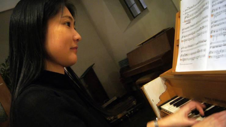 Naoko Matsumoto spielt im Ensemble Perle Baroque das Cembalo