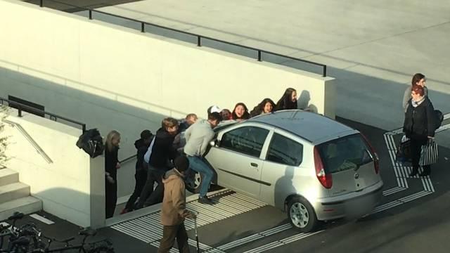 Eine «Tele M1»-Zuschauer-Reporterin filmte, wie die Schüler das Auto aus der Unterführung hievten.