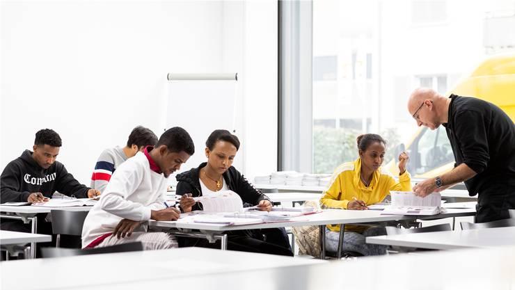 «Es braucht einfach alles mehr Zeit», sagt Lehrer René Hofmann. Seine Schülerinnen und Schüler seien aber sehr motiviert. Das Unterrichten mache Freude.