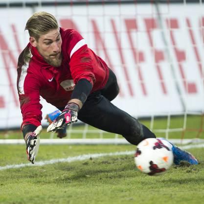 Aaraus neuer Goalie Lars Unnerstall – hier vor dem Match – muss einmal hinter sich greifen.