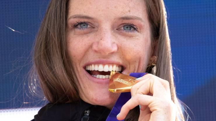 Nun hält sie sie endlich in den Händen: Lea Sprunger strahlt mit ihrer Goldmedaille.