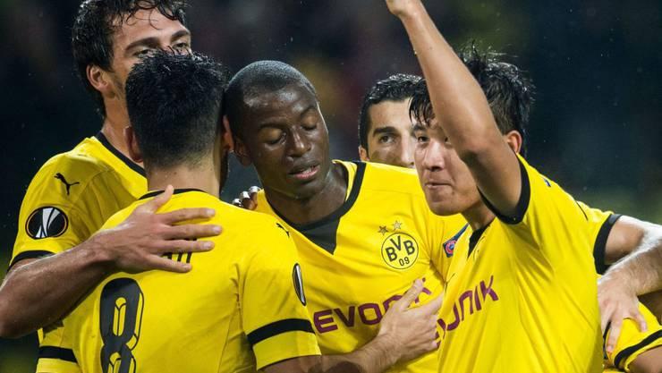 Joo Ho Park ballt die Faust und jubelt mit seinen Dortmund-Kollegen