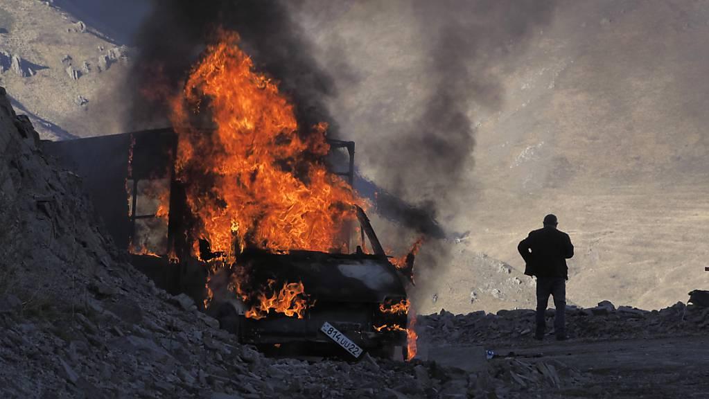 Ein brennendes Auto nahe der Grenze zwischen Berg-Karabach und Armenien