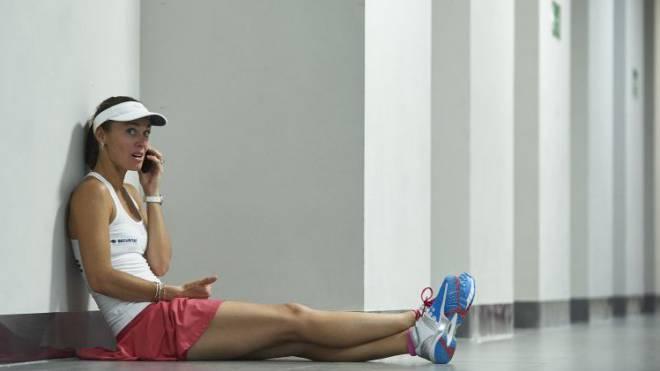 Martina Hingis telefoniert nach ihrer Einzelpartie im Fedcup. «Es ist schön, mit dem Team auf den Platz zu kommen und die Schweizer Hymne zu hören», sagt sie.  Foto: Adam Nurkiewicz/freshfocus