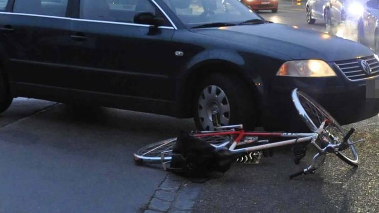 Am frühen Mittwochmorgen stiessen in Däniken ein Auto und ein Fahrrad zusammen. (Symbolbild)