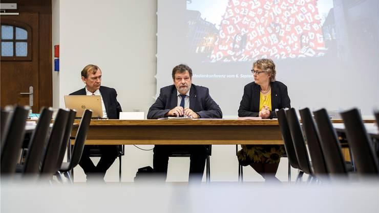 Weiss nichts von einem Loyalitätskonflikt: Andreas Bühlmann (l.) mit Regierungsrat Roland Heim bei der Präsentation des Budgets 2019.