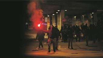 Auf die brennenden Petarden am «Knastspaziergang» vom Freitagabend folgten in der Nacht vom Samstag auf Sonntag fliegende Steine, Laserpointer-Attacken und brennende Lieferwagen. Bern hat unruhige Tage hinter sich.