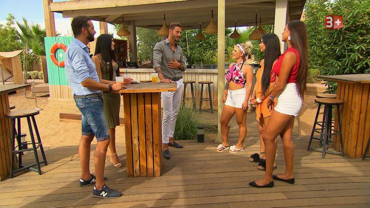 Clives Freunde Jessica und Salvatore kommen in die Villa der Ladys, um sie auszuhorchen.