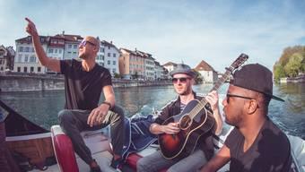 Milow, sein Gitarrist Tom van Stiphout und Kelvin Jones auf der Aare.