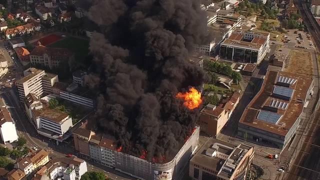 Eindrücklich: Das Feuer auf dem Dach des Oltner Aareparks aus der Vogelperspektive.