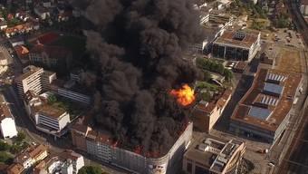 Eindrücklich: Das Feuer auf dem Dach des Oltner Aareparks von oben.