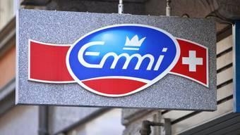 Logo am Hauptsitz von Emmi in Luzern