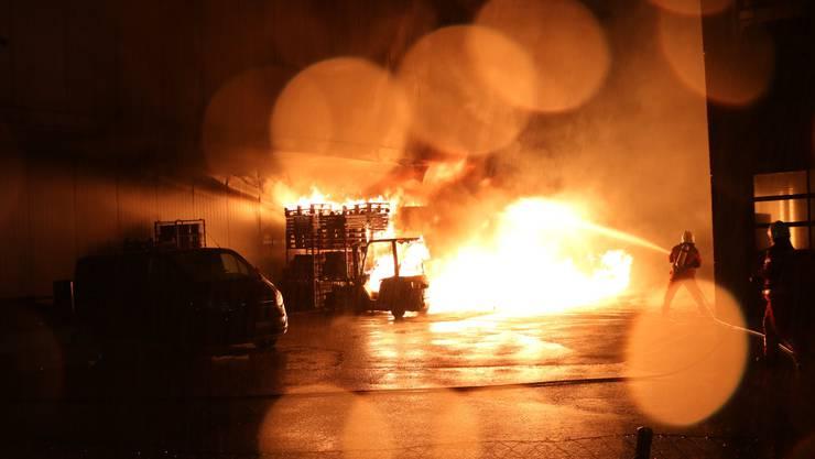 Bei einem Brand auf einem Industrieareal in Niederurdorf ist ein Sachschaden von mehreren zehntausend Franken entstanden. Verletzte Personen gab es keine, wie die Kantonspolizei Zürich mitteilte. Die Brandursache ist noch unbekannt.